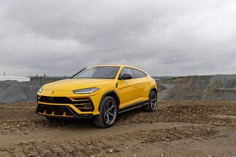Monet urheiluautoista tunnetut valmistajat ovat ryhtyneet tekemään erittäin kalliita ja runsaasti kuluttavia katumaastureita. 394 000 euroa maksava Lamborghini Urus on valmistajan mukaan maailman nopein katumaasturi.