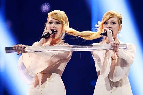 Tolmachevy Sisters edusti Venäjää euroviisujen finaalissa kappaleella Shine.