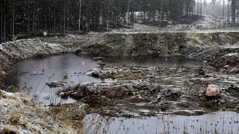 Maanrakennustyömaan vallitusten väliin on kertynyt sulamisvesiä. Taustalla häämöttää Nevas Golfin alue.