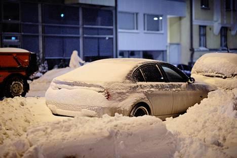 Pääkaupunkiseutu tavoittelee nyt koko Suomen lumisimman alueen titteliä. Helsingin Kalliossa autoja oli hautautunut keskiviikkoaamuna kinoksiin.