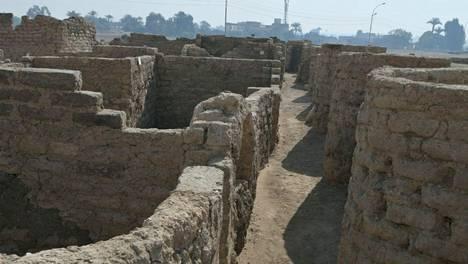 Ateneksi kutsuttu muinainen kaupunki on säilynyt verrattain hyvin hiekan alle hautautuneena.