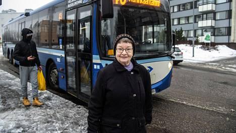 Liisa Larjamo asuu Kannelmäessä, ja  linja 43 kulkee aivan hänen kotinsa vierestä.