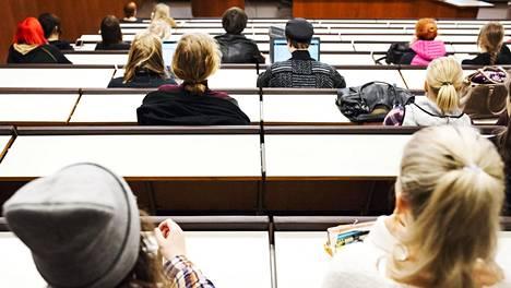 Opiskelijoita Helsingin yli opistolla Porthaniassa.
