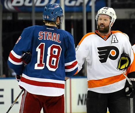 KalPan omistajiin kuuluva Scott Hartnell kätteli New York Rangerin Marc Staalia kolme viikkoa sitten, kun Philadelphian kausi päättyi NHL:n ensimmäiselle pudotuspelikierrokselle.