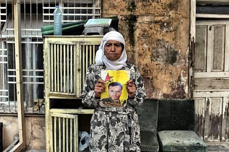 Kurdinainen Zeliha, 60, pitelee Isisin-vastaisessa taistelussa kuolleen poikansa Ziya Derdon, 30, kuvaa Kobanissa Syyriassa.