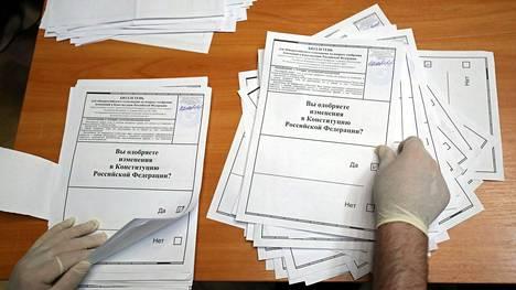 Ääntenlaskua Moskovassa keskiviikkona tuoreen äänestyksen yhteydessä.