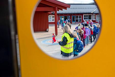Oppilaat olivat asettuneet riviin Vikasenin koulun pihalle Trondheimissa 27. huhtikuuta.