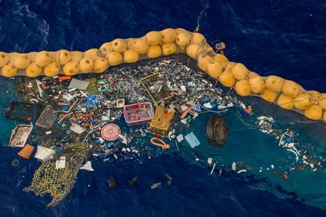Tyynenmeren roskapyörteestä onnistuttiin kokoamaan roskia poijujen sisäpuolelle.