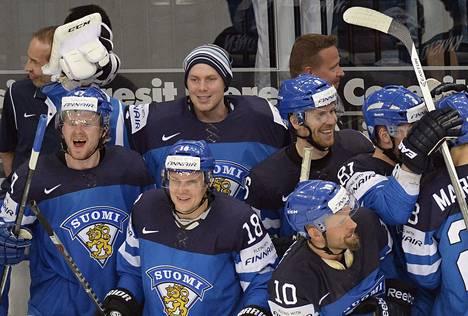 Suomen joukkue riemuitsi finaalipaikasta voitokkaan Tšekki-ottelun jälkeen.