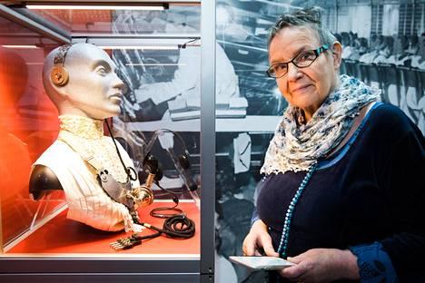 """Tekniikan museon vitriinissä on esillä 1900-luvun alun puhelunvälittäjän varusteet. """"He olivat ensimmäisiä somettajia"""", Marja-Liisa Viherä sanoo."""