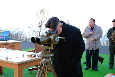 Pohjois-Korean johtaja Kim Jong-un seurasi ohjuskoetta maan valtiollisen uutistoimiston tiistaina julkaisemassa päiväämättömässä kuvassa.
