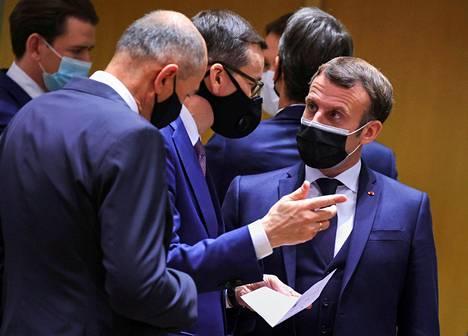 Puolan pääministeri Mateusz Morawiecki (vas.) ja Ranskan presidentti Emmanuel Macron keskustelivat torstaina Brysselissä.