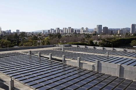 Aurinkokennoja Los Angelesin keskustassa. Kalifornian osavaltiossa Yhdysvalloissa ilmastotavoitteet on otettu tosissaan.