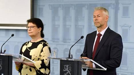 Sosiaali- ja terveysministeriön strategiajohtaja Liisa-Maria Voipio-Pulkki sekä Terveyden ja hyvinvoinnin laitoksen ylilääkäri Taneli Puumalainen STM:n ja THL:n koronatilannekatsauksessa torstaina.