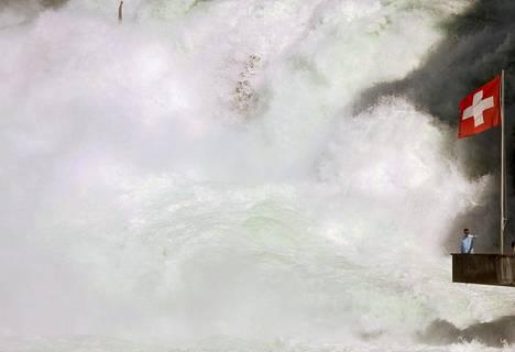 Mies otti keskiviikkona kuvaa itsestään Euroopan suurimmalla vesiputouksella Neuhausenissa Sveitsissä.
