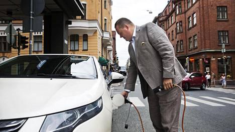 Sähköautojen latauspalveluja tarjoavan Liikennevirta oy:n toimitusjohtaja Jussi Palola lataa hybridiautoaan Helsingin Fredrikinkadulla. Palola jättää auton pariksi tunniksi latautumaan ja menee itse asioille.