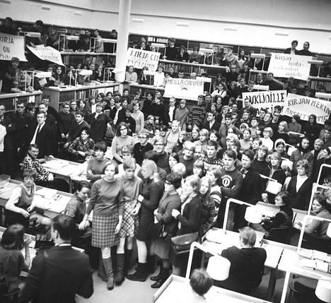 Tungosta Jyväskylän yliopiston kirjastossa: ylioppilaat järjestivät mielenosoituksen, jonka tarkoituksena oli kiinnittää huomiota ahtauteen, kurssikirjojen vähyyteen ja sisäisen tiedotuksen puutteeseen.