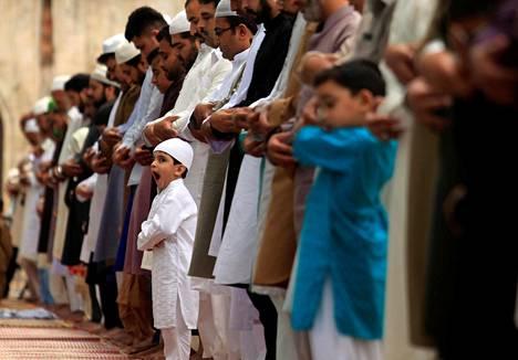 Eid-juhlan rukoushetki Rawalpindissa Pakistanissa maanantaina.