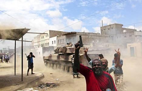 Syrjäytetyn presidentin kannattajat tulittivat huthikapinallisia kohti Sanaassa torstaina 7. toukokuuta.