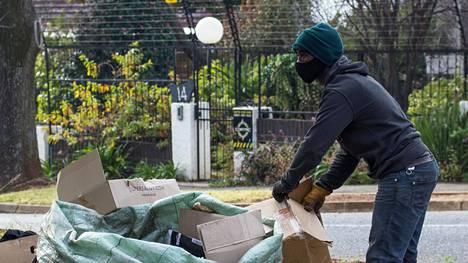 Bongani Dlahlani kerää kierrätettäväksi kelpaavaa jätettä Johannesburgin kaduilla.