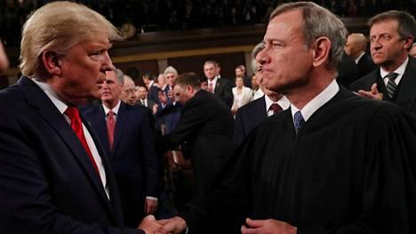 Trump tapasi korkeimman oikeuden puheenjohtaja John Robertsin helmikuussa. Robertsin on nimittänyt virkaan republikaanipresidentti George W. Bush.