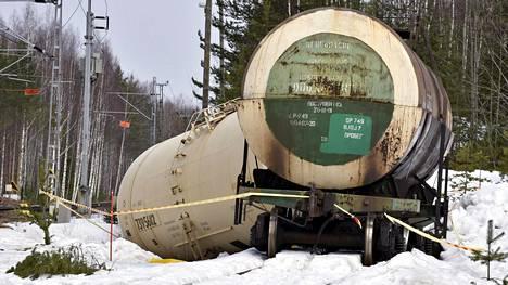 Kemikaalivaunuja säilytettiin Mäntyharjussa Kinnin liikennepaikalla kaksi viikkoa ennen onnettomuutta. Kuvassa rikkoutunut säiliövaunu 9. huhtikuuta 2018.