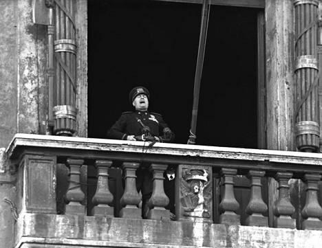 Italian diktaattori Benito Mussolini puhumassa Palazzo Venezian parvekkeella Roomassa vuonna kesäkuussa 1940.