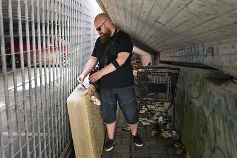 Sosiaaliohjaaja Antti Junttila tarkastaa, onko kukaan käynyt ylikulkusillan alla olevalla patjalla viime käynnin jälkeen.