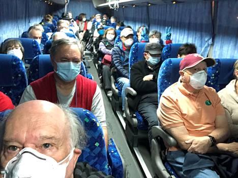 Bussi vei evakuoitavia yhdysvaltalaisia risteilymatkustajia Diamond Princess -laivalta Jokohaman satamasta Tokion kansainväliselle lentoasemalle maanantaina.