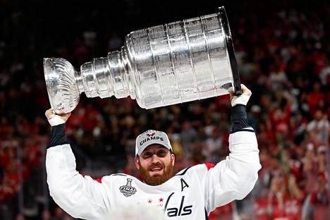 Brooks Orpik pääsi nostamaan Stanley Cup -pokaalia kesäkuun alussa. NHL-mestaruus oli Washington Capitalsille seurahistorian ensimmäinen.