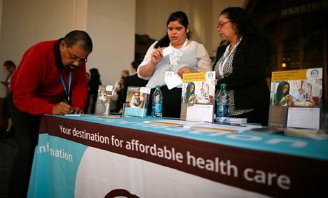 Ihmiset hakivat tietoa sairausvakuutuksista terveydenhuoltouudistuksen käynnistymistä juhlistavassa yleisötapahtumassa lokakuun alussa Kaliforniassa.