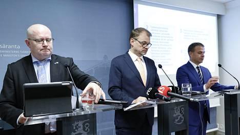 Hallitukselta tuli lokakuun lopussa uusi esitys irtisanomislaista. Sitä esittelivät työministeri Jari Lindström (vas.), pääministeri Juha Sipilä ja valtiovarainministeri Petteri Orpo.