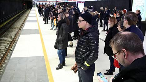 Väki löysi hyvin Matinkylän bussiterminaalista  metroasemalla