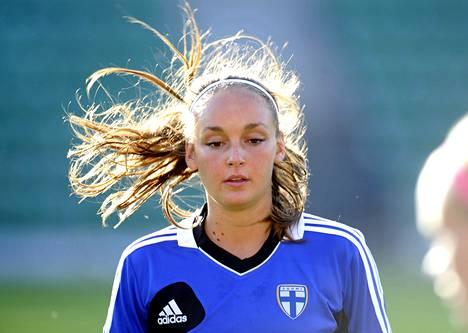 Keskikenttäpelaaja Nora Heroum yrittää auttaa Suomen naisten A-maajoukkuetta MM-turnaukseen. Kuva on viime kesältä.