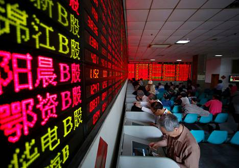 Sijoittajat tarkastelivat tietokoneiden näytöltä osaketietoja Shanghaissa toukokuussa.