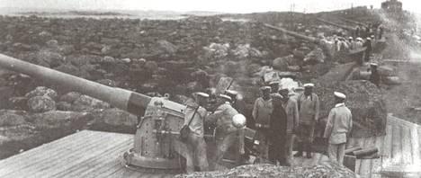 Kesnäsin alueelle rakennettu kuuden tuuman patteri osallistui Utön taisteluun 1915. Kuva Johanna Pakolan kirjasta Utön linnake, kasarmi keskellä kylää.
