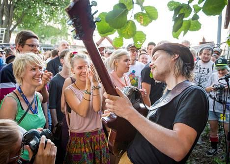 Jukka Nousiainen on jyväskyläläisyhtye Räjäyttäjien laulajakitaristi. Kaoottisista keikoistaan tunnettu bändi esiintyi aaltopeltiseinäisessä katoksessa.