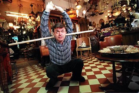 Juhani Salakka esitteli keppijumppaa antiikkiliikkeessään vuonna 1997.