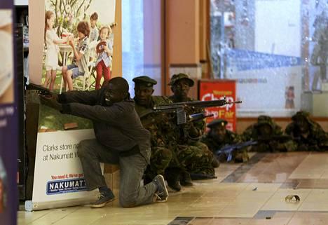 Sotilaat ja aseistetut poliisit jahtasivat hyökkääjiä Westgaten ostoskeskuksessa Nairobissa sunnuntaina.