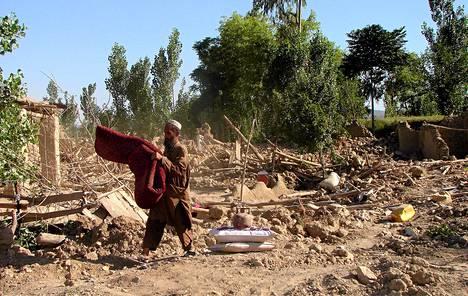 Mies keräsi pelastettavissa olevia tavaroitaan Pakistanin armeijan iskettyä Talebanin hallitsemalle alueelle Miranshahissa Pakistanissa 24. toukokuuta.
