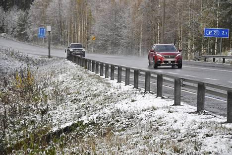 Liikennettä Viitostiellä Naarangissa Mikkelissä 19. lokakuuta.