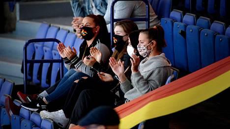 Katsojat suojautuivat maskeilla Jokereiden ja Neftehimikin ottelussa HElsingissä syyskuun alkupuolella.