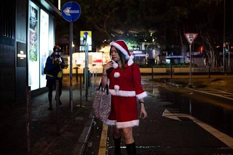 Jouluaattona Hongkongissa järjestetyn mielenosoituksen osallistujista osa oli sonnustautunut juhlakauden asuihin.