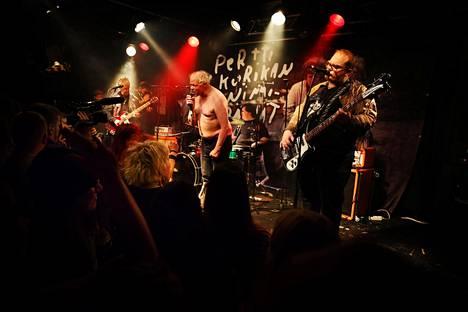 Tiistaina juhlittiin Pertti Kurikan 60-vuotissyntymäpäiviä, mutta samalla hänen punkyhtyeensä viimeistä konserttia, sillä hän on päättänyt jäädä eläkkeelle.