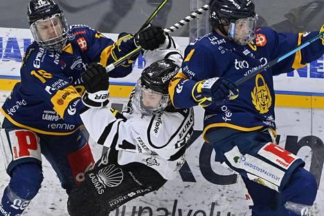Lukon Vili Saarijärvi keräsi kolme syöttöpistettä toisessa finaalissa. TPS:n Lauri Pajuniemi (kesk.) joutui Saarijärven ja Heikki Liedeksen puristukseen ensimmäisessä finaalissa perjantaina.