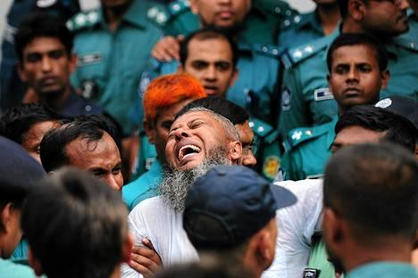Sotilaat saattavat kuolemaantuomittua Bangladeshissa marraskuussa 2013. Yli 150 kapinallista tuomittiin kuolemaan vuoden 2009 kapinasta, jossa kuoli lähes sata ihmistä, joukossa korkea-arvoisia upseereja.