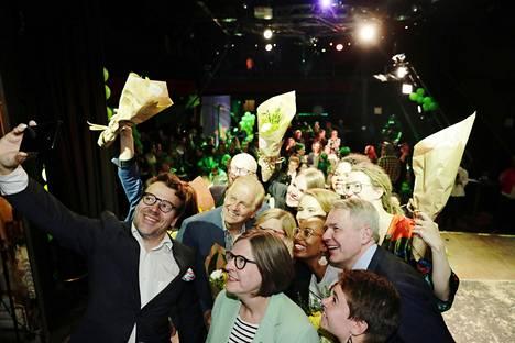 Vihreiden Ville Niinistö otti yhteiskuvaa puoluetovereidensa kanssa Tavastialla Helsingissä.