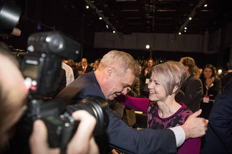Antti Rinne sai valintansa jälkeen ensimmäiset onnittelut vaimoltaan Heta Ravolainen-Rinteeltä.