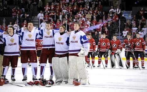 Hymy loisti Venäjän pelaajien kasvoilta voitetun välierän jälkeen. Kanadan joukkue oli taaempana murheen murtama.