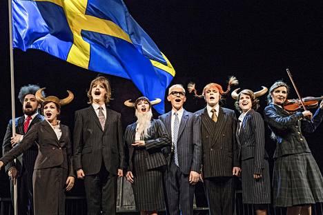 Max Forsman, Amanda Löfman, Simon Häger, Anna Hultin, Marcus Groth, Niklas Häggblom, Emma Klingenberg ja viulisti Veera Railio laulavat Svenska Teaternin Ingvarissa oodia Ruotsin saavutuksille.